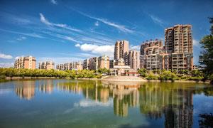 蓝天下的城市园林和湖泊摄影图片