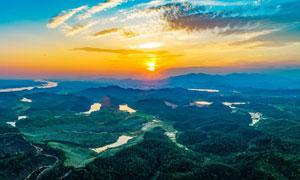 夕阳下的山川河流全景摄影图片