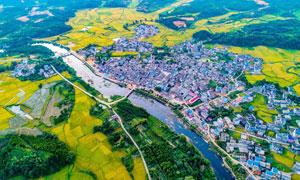 美丽农田和城镇航拍图摄影图片