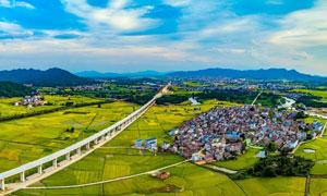 蓝天下的村镇和农田美景摄影图片