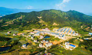 山脚下的新农村美景摄影图片