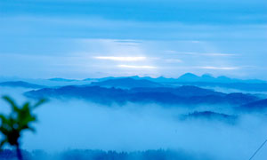 云雾缭绕的山顶美丽风光摄影图片