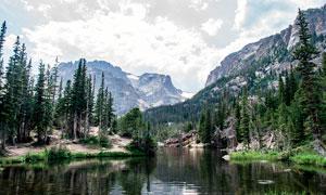 山脚下美丽的山林和湖泊摄影图片