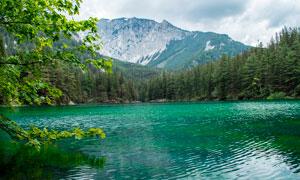 大山之中美麗的湖泊和山林攝影圖片