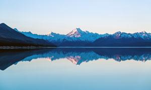 蓝天下美丽的湖泊高清摄影图片