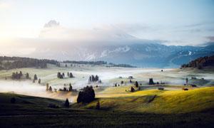 云霧繚繞的田園風光攝影圖片