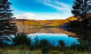 蓝天下山中美丽的湖泊摄影图片