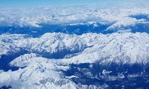 连绵的雪山山顶美景摄影图片