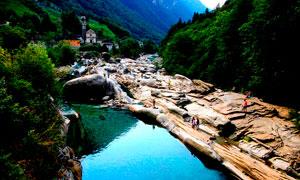 大山之中河边石滩美景摄影图片