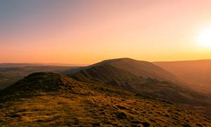 夕阳下的山顶美景摄影图片
