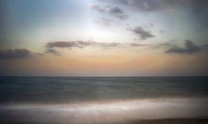 朵朵黑云与望不到边的大海高清图片