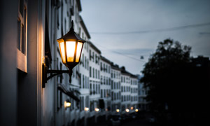 夜幕降临时的壁灯特写摄影高清图片