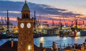 钟楼与港口码头的黄昏风景摄影图片