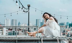 白裙黑發美女人物外景攝影高清圖片