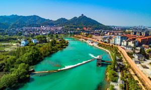 山脚下城市中的河流美景摄影图片