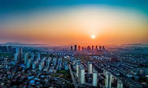 夕阳下的城市景观高清摄影图片