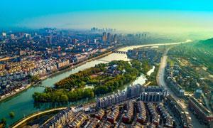 清晨城市中的河流航拍图摄影图片
