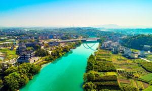 城市中的河流和桥梁摄影图片