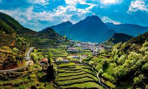 山中美丽的乡村和梯田摄影图片
