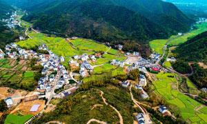 大山之中美丽的乡村和农田摄影图片