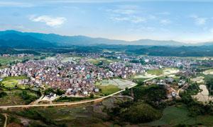 山下美丽的城镇全景摄影图片