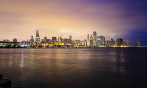 夜幕下的海边城市景观摄影图片