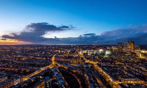 黄昏下的城市美丽夜景摄影图片