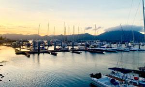 黄昏下在码头停泊的游轮摄影图片