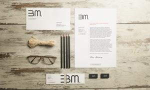 木板上的眼镜铅笔等样机模板源文件