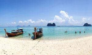 海边沙滩上停泊的小船全景摄影图片