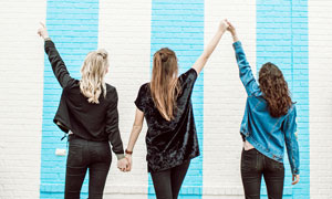 手拉手的三个长发美女背影摄影图片