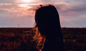 陽光下的國外美女側邊攝影圖片