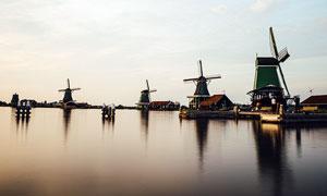 湖邊的風車美景攝影圖片