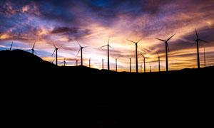 黃昏下的風車群高清攝影圖片