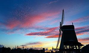 黃昏下的風車剪影攝影圖片