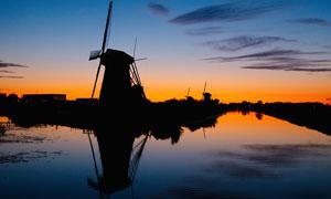 金色夕阳下的风车美景摄影图片