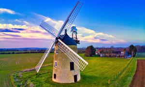 田园农田上的风车摄影图片