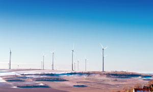 藍天下的風車發電群攝影圖片