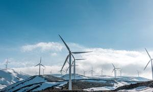 雪山頂上的風車群高清攝影圖片