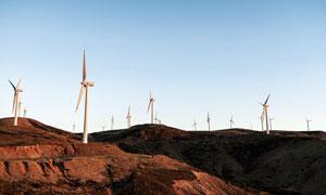 蓝天下的山顶风车群摄影图片