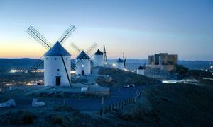 夜幕下的風車房高清攝影圖片