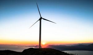 夕阳下山顶美丽的风车摄影图片