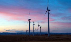 黃昏下的風車發電群高清攝影圖片