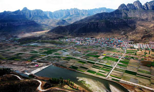 山中村鎮和農田高清攝影圖片