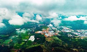 云雾缭绕的城市郊区航拍图摄影图片