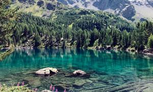 山林中的湖泊倒影高清攝影圖片