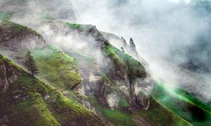 山坡云霧繚繞高清攝影圖片