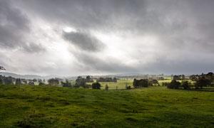 乌云密布下的草原风光摄影图片