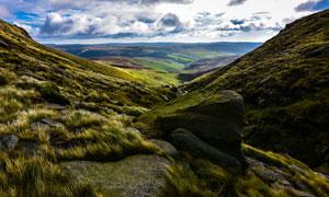 山间草丛和大石头高清摄影图片