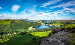 山中湖泊和美丽森林摄影图片